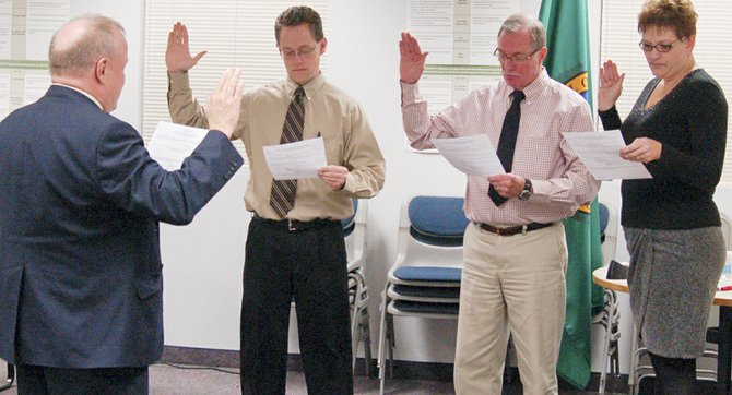 Sunnyside Schools Superintendent Dr. Rick Cole swears in recently elected school board directors (L-R) Dylan Gardner, Steve Winfree and Michelle Perry last week. The board also re-elected Rocky Simmons as board president and elected Gardner as board vice-president.
