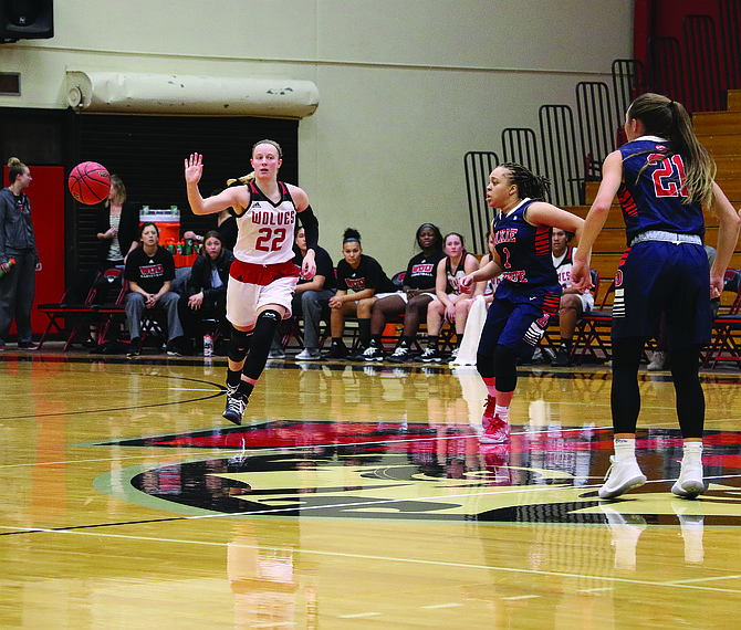 Western Oregon guard Kaylie Boschma passes the ball against Dixie State on Saturday afternoon.