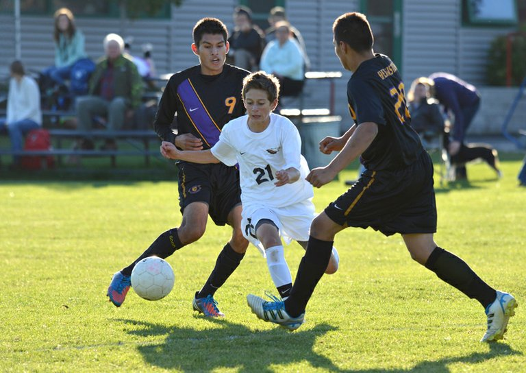 Giovanni Magana splits the Hermiston defense in HRV's 4-0 win, October 25, 2012.