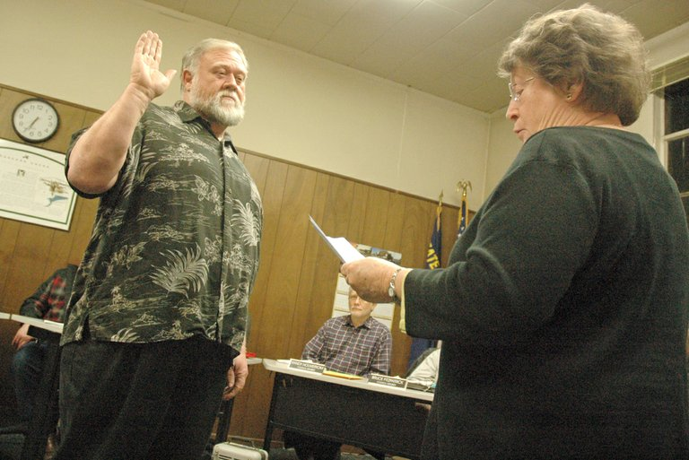 New Cascade Locks mayor Tom Cramblett takes the oath from Justice the Peace Cindy Mitchell.