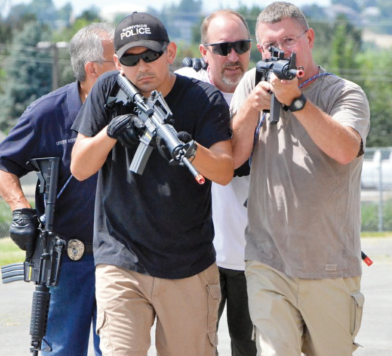 Sunnyside police officers work in teams as they move in on a suspected active-shooter situation. Pictured training for such a scenario are (front L-R) Officer Matt Kramer and Deputy Police Chief Phil Schenck; and Officer Chico Rodriquez and Sgt. Jeff Cunningham (back L-R).