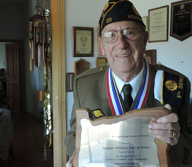 Ed BartliEn holds his Oregon Military Hall of Fame plaque, from 2008.