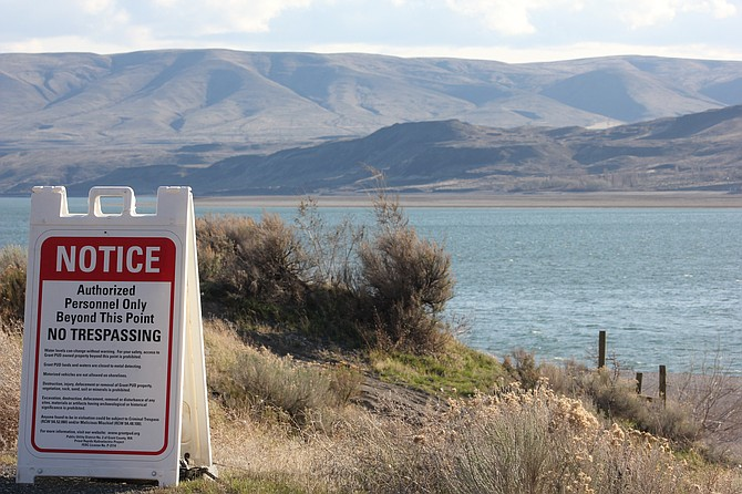 A sign notifies the public of the closure of the Columbia River upstream from Vantage.