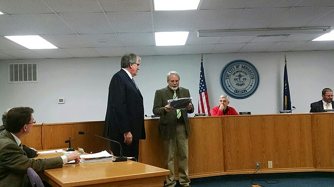 Mayor Steve Milligan honors former mayor John Oberst during the Jan. 3 city council meeting.