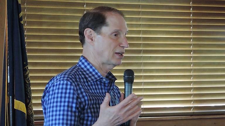 SEN. Ron Wyden speaks in Cascade Locks.