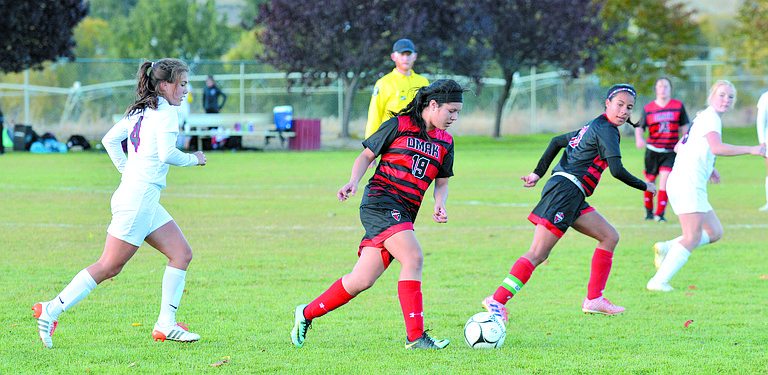 From left are Maya Moses (4) of Okanogan and Wendy Huizer (19) and Giselle Arciniega (13) of Omak.